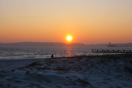 Ruhe- und Erholungsuchende schätzen die Nebensaison in Eckernförde und genießen das gesunde Reizklima der Ostsee. Foto: djd/Eckernförder Touristik