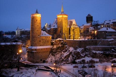 Hinter den wehrhaften Bastionen der Bautzener Stadtbefestigung wird am 25. November 2011 der Wenzelsmarkt mit seinem mittelalterlichen Flair eröffnet. Foto: djd/Stadt Bautzen/Jens-Michael Bierke