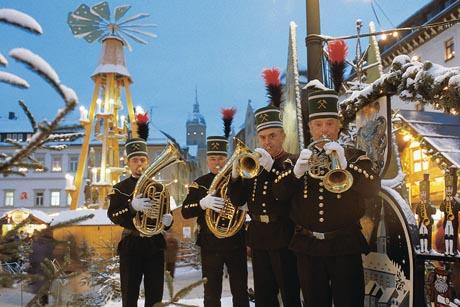 Die sogenannten Bergparaden gehören zu den Höhepunkten der erzgebirgischen Weihnachtszeit. Foto: djd/Tourismusverband Erzgebirge e.V.