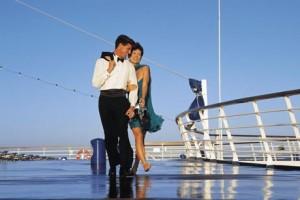 Ein gepflegtes Outfit wird auf Kreuzfahrtschiffen durchaus erwartet - übertreiben sollte man dabei allerdings auch nicht. Foto: djd/thx/www.reisen.de