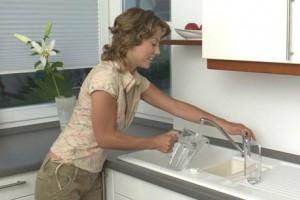 Auch hartes und somit kalkhaltiges Wasser kann bedenkenlos getrunken werden. Foto: djd/Forum Trinkwasser e.V.