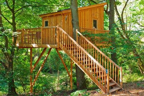 Die Baumhäuser sind bequem über eine Außentreppe erreichbar. Foto: djd/Wipfelglück GmbH