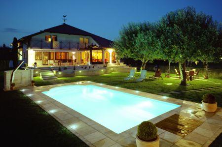 Mit Beleuchtung und angenehm warmem Wasser lockt der Pool auch nachts zum privaten Badespaß.  Foto: djd/Zodiac
