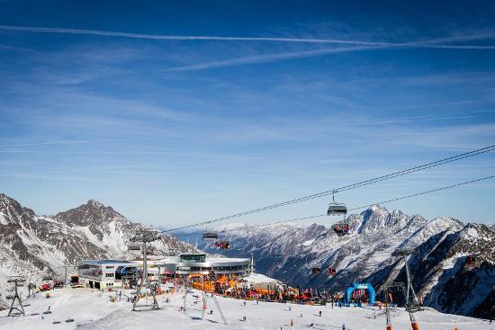 Eine Veranstaltung mit Tradition: Über 3.800 Artikel konnten auf dem SportScheck GletscherTextival 2013 ausprobiert werden. Bild: (c) SportScheck