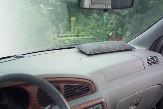 Entfeuchterkissen nehmen überschüssige Feuchtigkeit aus der Luft im Fahrzeuginneren auf und verhindern so, dass die Scheiben beschlagen. Foto: djd/ThoMar OHG