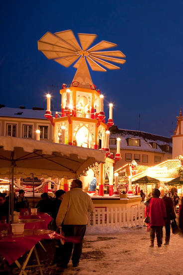 Die Darmstädter Weihnachtspyramide steht inmitten eines Lichtermeers. Foto: djd/Darmstadt Marketing/Rüdiger Duncker