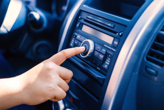 Wichtigstes Utensil: das Autoradio. Foto: dmd/thx