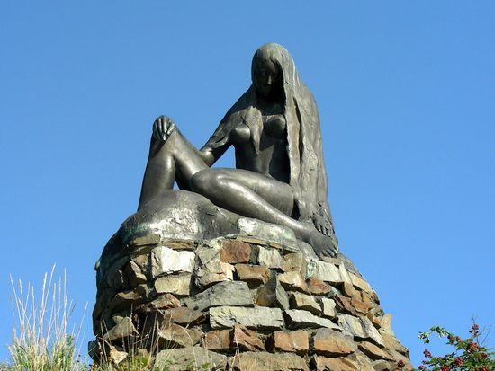 Die Statue der Loreley bei St. Goarshausen. Fotograf / Quelle:  Jens Niemeyer Zur Verfügung gestellt von Romantischer Rhein Tourismus GmbH