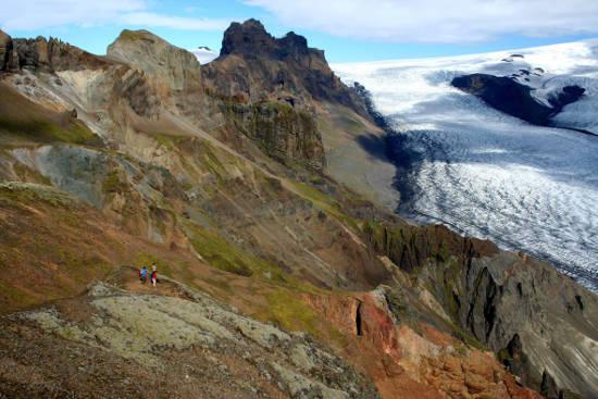 Bei einer Rundreise zu den Highlights Islands darf der faszinierende Vatnajökull-Nationalpark nicht fehlen. Vom Bergrücken Skaftafell hat man eine gute Aussicht auf die Gletscherzunge Skaftafellsjökull. Foto: djd/contrastravel.com