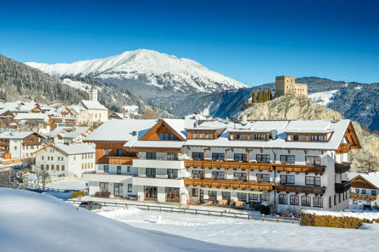 Inmitten der Tiroler Bergwelt liegt der Ort Ladis mit der Burg Laudeck. Foto: djd/www.hotel-puint.at/Foto Atelier Wolkersdorfer