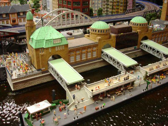 Die berühmten Hamburger Landungsbrücken - als Nachbau im Miniaturwunderland Hamburg.