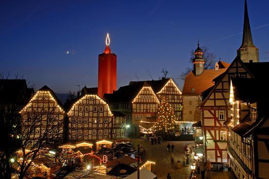 Weihnachtsmarkt unter der größten Kerze der Welt. Bild © 2016 Region Vogelsberg Touristik GmbH