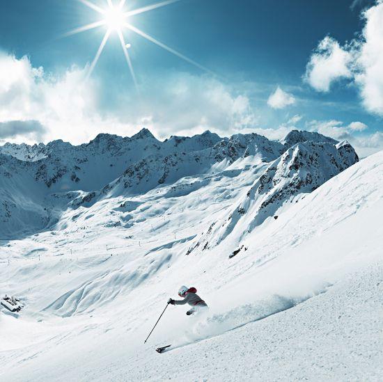 Skifahren am Weisshorn mit Sicht auf das Hörnli Skigebiet, Arosa. Copyright by: Switzerland Tourism / swiss-image.ch/Stephan Schacher