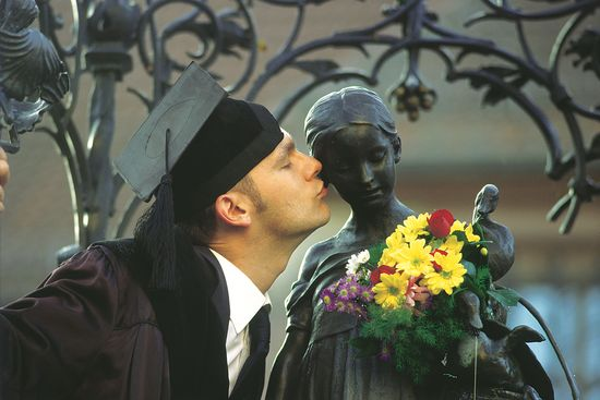 Jeder frischgebackene Doktor der altehrwürdigen Universität Göttingen sollte dem Gänseliesel einen Kuss geben. Foto: djd/Tourismus GÖ e. V./Alciro Theodoro da Silva