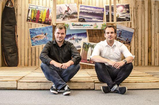 Daniel Krahn (li.) und Daniel Marx (re.) haben Urlaubsguru.de im Sommer 2012 in Unna gegründet. Heute sind sie als Geschäftsführer der UNIQ GmbH die Chefs von mehr als 140 Mitarbeitern. Bild: UNIQ GmbH