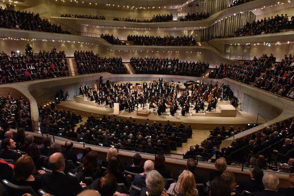 """Das NDR Elbphilharmonie Orchester unter der Leitung seines Chefdirigenten Thomas Hengelbrock während des Festakts auf der Bühne des Großen Saals"""" (Foto: HamburgMusik gGmbH / Michael Zapf)"""
