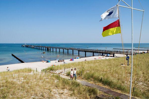 Die Seebrücke ist das Wahrzeichen von Graal-Müritz. Dort startet auch der Sandburgenwettbewerb. Foto: djd/www.graal-müritz.de