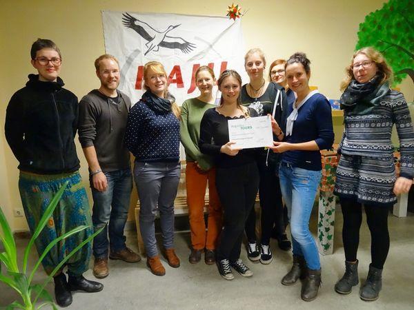 AugustusTours bei der Übergabe des Spendenschecks an die Naturschutzjugend Dresden. Quelle: AugustusTours