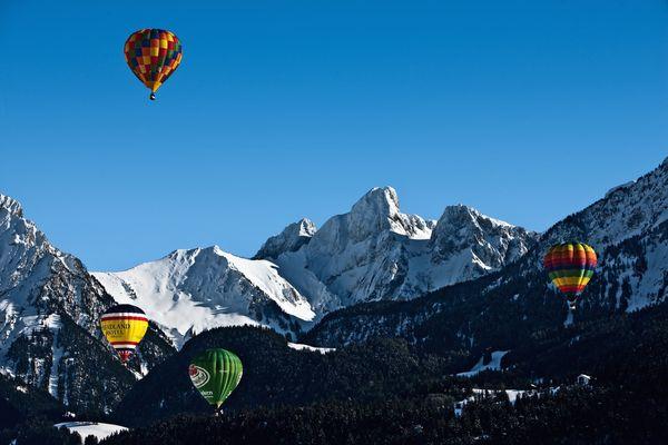 Naturpark Gruyere Pays-d Enhaut - Das Ballonfestival von Chateau-d'Oex welches jeweils Ende Januar/Anfang Februar stattfindet, bietet während 9 Tagen einen Menge an farbenfrohem Spektakel und vielfältigen Attraktionen. Copyright by: Switzerland Tourism / BAFU - swiss-image.ch / Marcus Gyger