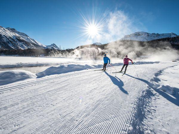 Langläufer beim Skaten auf der Langlaufloipe zwischen Celerina und Samedan. Im Hintergrund der Piz Albris (3166m). Bild Copyright by: ENGADIN St. Moritz / swiss-image.ch / Romano Salis