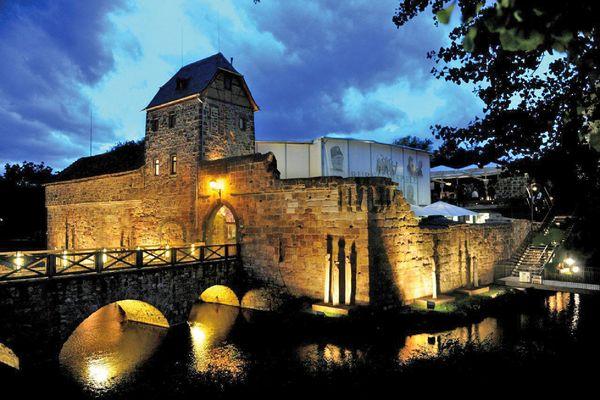 Die mittelalterliche Wasserburg in Bad Vilbel dient als Freilichtbühne für die Burgfestspiele. Foto: djd/AK Tourismus/E. Sommer