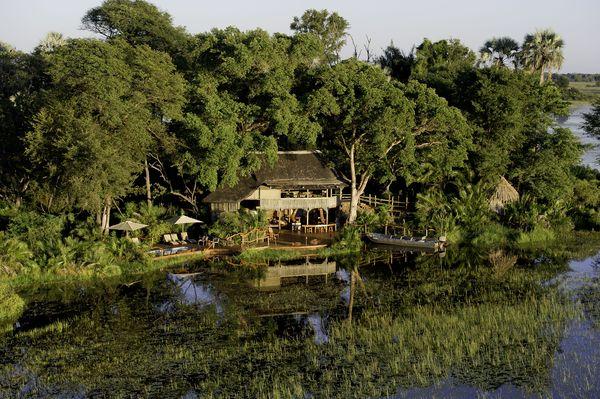 Von diesem Camp am Okavango-Delta aus kann man eine Mokoro-Safari mit einem traditionellen Einbaumkanu unternehmen. Foto: djd/Abendsonne Afrika/Dana Allen