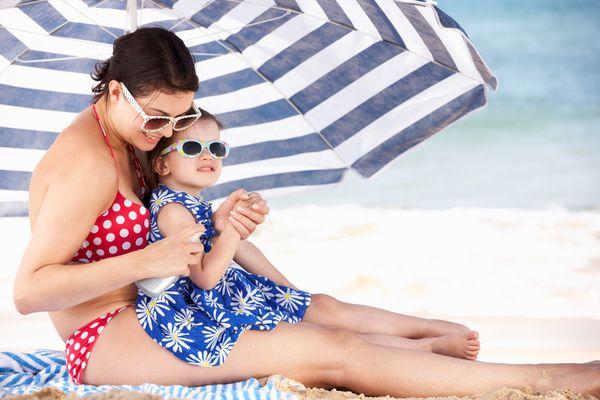 Sommerspaß am Strand: Ein guter Sonnenschutz ist hier wichtig. Besonders Kinderhaut ist empfindlich. Foto: djd/DKFZ/Monkey Business - Fotolia
