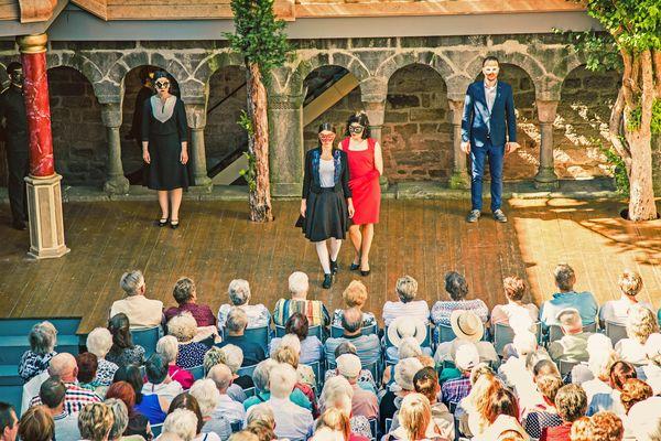 Der Kreuzgang bildet die malerische Kulisse für die traditionsreichen Theateraufführungen in Feuchtwangen. Foto: djd/Kulturamt Feuchtwangen/Nicole Brühl