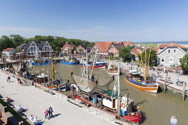 Der idyllische Fischereihafen ist das Zentrum von Neuharlingersiel. Foto: djd/Kurverein Neuharlingersiel e.V.