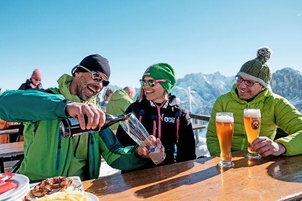 Beim Sonnenskilauf in den oberbayerischen Wintersportgebieten kommt die Gemütlichkeit nicht zu kurz. Foto: djd/Tourismus Oberbayern München