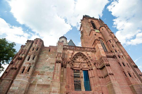 Der Wetzlarer Dom zeigt Baustile von der Romanik bis zum Barock - und wurde niemals komplett fertiggestellt. Foto: djd/Tourist-Information Wetzlar/Dominik Ketz