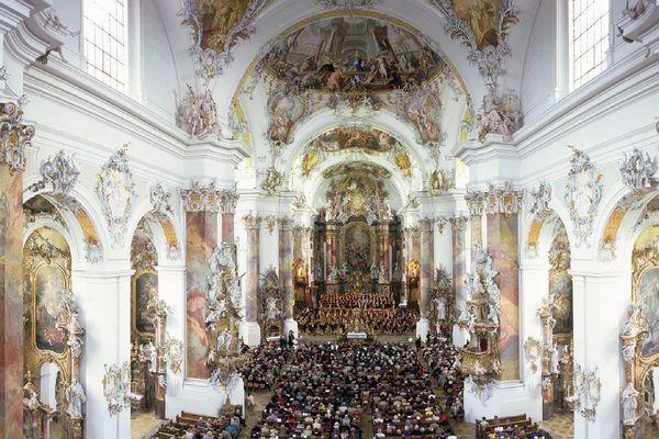 Der barocke Kirchenraum der Ottobeurer Basilika ist Jahr für Jahr Schauplatz hochkarätiger Konzertereignisse. Foto: djd/Touristikamt Ottobeuren