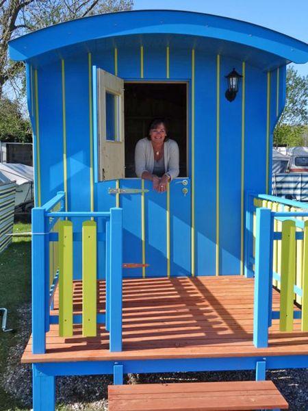 """Neu auf dem Campingplatz am Nordseestrand sind Zirkus- oder """"Pipo""""-Wagen als Mietunterkünfte. Foto: djd/Tourismus GmbH Gemeinde Dornum"""