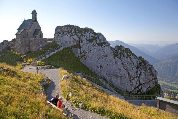 Die schönsten Aussichtsplätze lassen sich - dank der zahlreichen Bergbahnen in der Region Chiemsee-Alpenland - auch ganz entspannt erreichen. Foto: djd/Chiemsee-Alpenland Tourismus