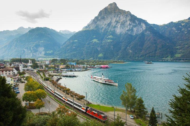 Der Gotthard Panorama Express mit Dampfschiff und Zug. Copyright: Schweiz Tourismus