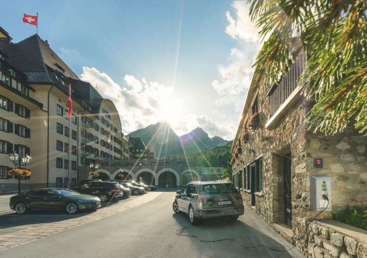 Ladestation bei St. Moritz für die Grand Tour of Switzerland. Copyright: Switzerland Tourism / Daniel Martine