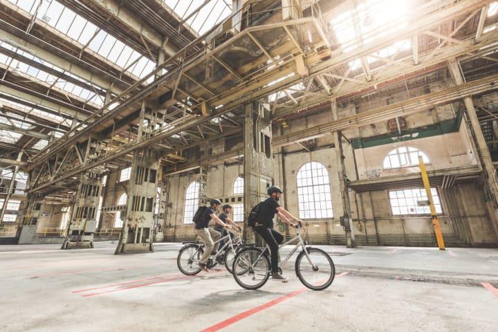 Fahrradtour durch Wintertours Industrielandschaft. Copyright: Schweiz Tourismus / Lauschansicht