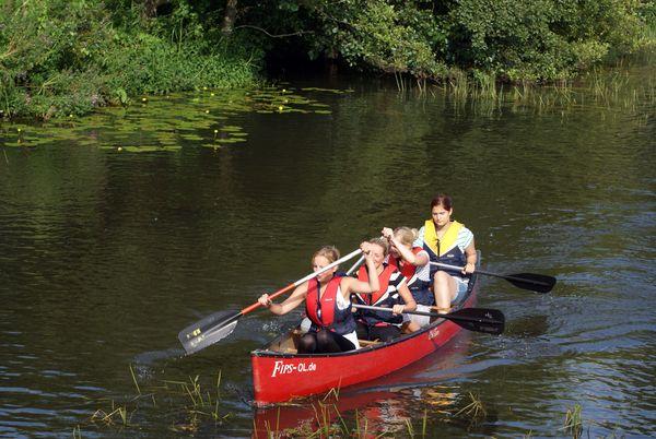 Ganz entspannt im Tempo der Natur: Der kleine Fluss Hunte in Niedersachsen bietet sich für Paddeltouren mit der ganzen Familie an. Foto: djd/Naturpark Wildeshauser Geest