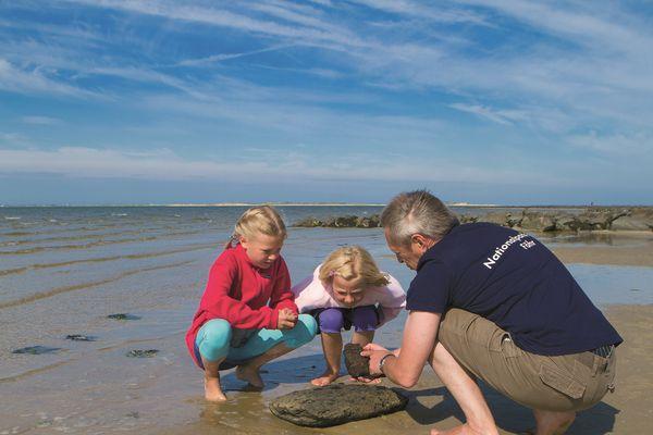 Kinder entdecken das Wattenmeer - Bild (c) Carlos Arias Enciso - www.nordseetourismus.de
