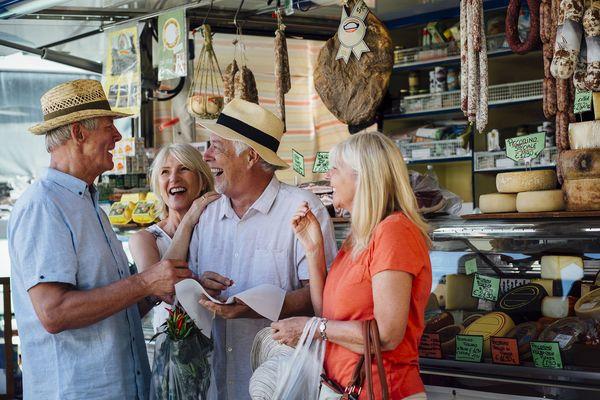 Wer ins Ausland reist, muss sich auch Gedanken um die Reisekasse machen - die Zusammenstellung hängt vom Reiseziel ab. Foto: djd/BVR/Getty