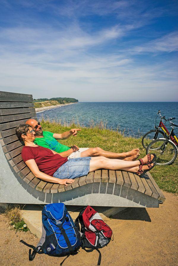 """Radlerpause: Die """"Feldsofas"""" laden auf Fehmarn zu entspannten Aussichten ein. Foto: djd/Tourismus-Service Fehmarn/Dirk Moeller"""