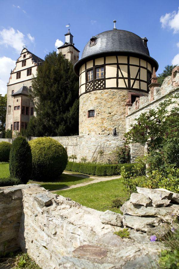 Kulturelles Highlight im Taunus: Auf Burg Kronberg trifft man viele Spuren des Mittelalters. Foto: djd/Taunus Touristik Service e.V.
