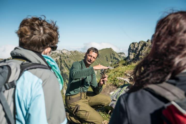 Wildtierspezialist Urs Grossniklaus beim Niederhorn, Kanton Bern. Copyright: Schweiz Tourismus / Andre Meier