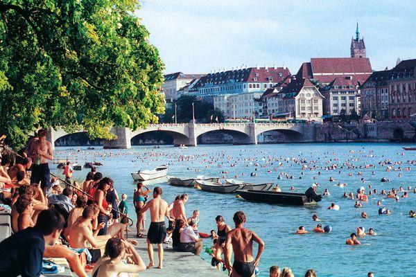 Volkssport Nummer eins ist in der heißen Jahreszeit das Rheinschwimmen. Foto: djd/Basel Tourismus & Convention/C. Giger