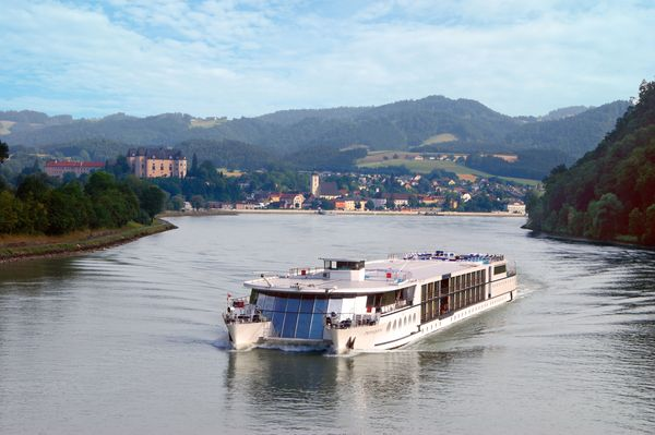 Bei einer Flusskreuzfahrt eröffnen sich immer wieder weite Blicke auf Landschaften und Städte. Foto: djd/Donau Touristik
