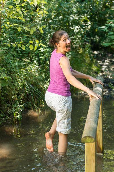 Zu den reizvollen Themenrouten zählt der Kneippweg in Olsberg mit seinen 39 Kilometern und den sechs natürlichen Wassertretstellen in Quellen und Bächen. Foto: djd/Tourismus Brilon Olsberg