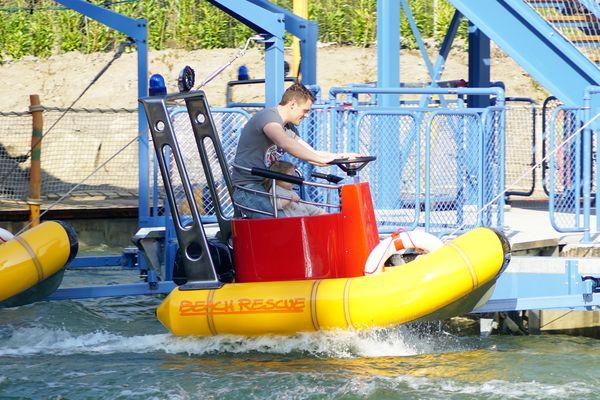 """Themenbereich """"The Beach"""" und Wasserskishow sind erfolgreiche Highlights im Park - Bild: Holiday Park"""