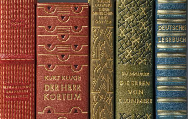 In Leder gebundene Bücher gehören zu den Ausstellungsstücken im Deutschen Ledermuseum Offenbach. Foto: djd/AK FrankfurtRheinMain