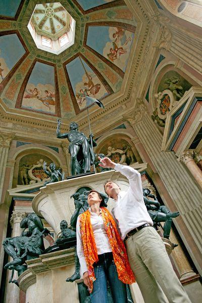 In der Kuppel des siebeneckigen Mausoleums können Besucher ein Engelskonzert bewundern. Foto: djd/Stadt Stadthagen