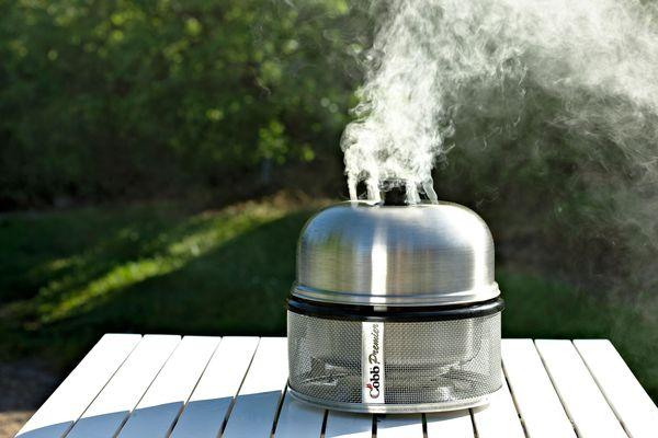 Mit wenigen Handgriffen und den passenden Zutaten lässt sich ein Grill zum kleinen Räucherofen umfunktionieren. Foto: djd/www.cobb-grill.de